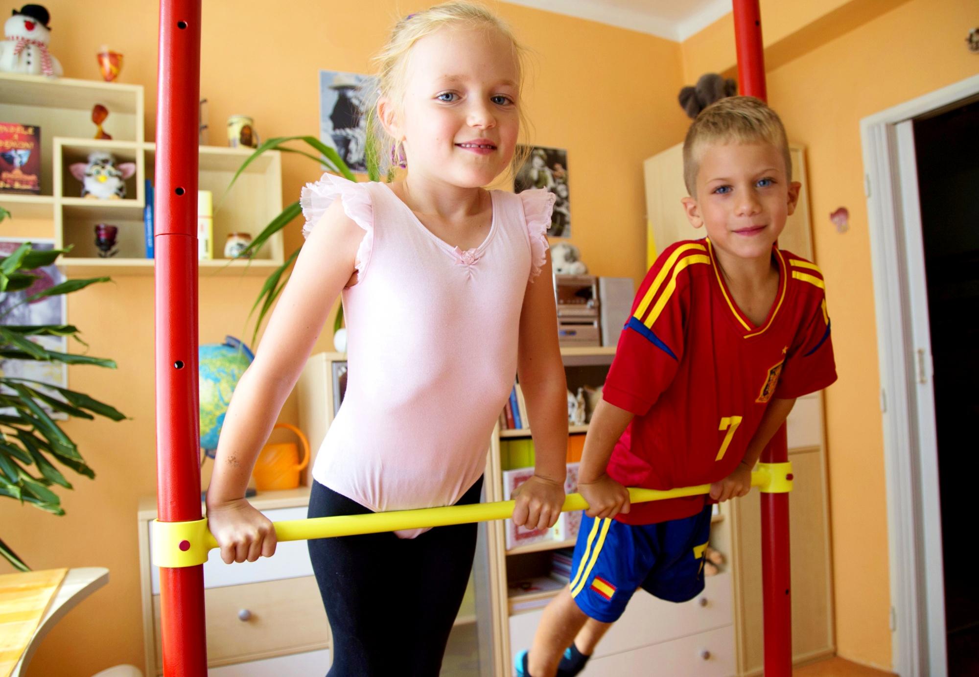 Malí gymnasté v pokojíčku